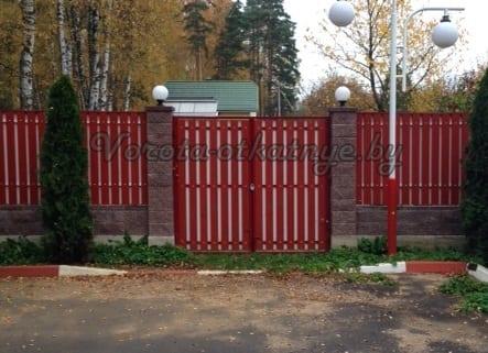 Ворота распашные с деревянным штакетником
